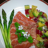 Lettstekt laks med asparges, mangosalat og gjøksyre