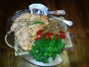Stekt laks med valnøttsaus, brokkolini og piggsoppKantareller
