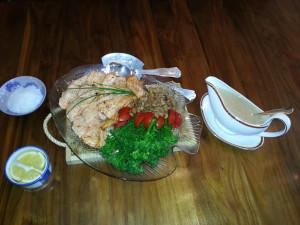 Stekt laks med valnøttsaus, brokkolini og piggsoppKantarellerServering
