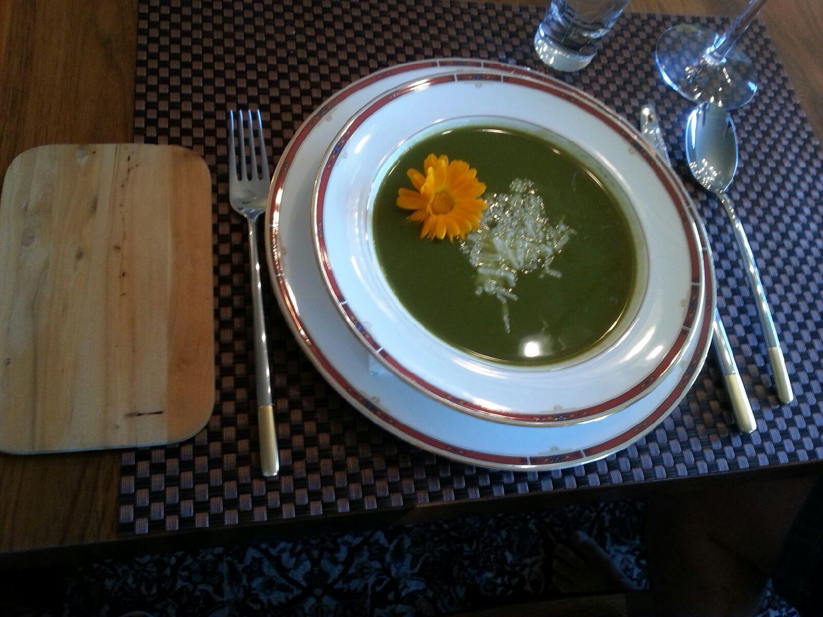 Grønn supersuppe med gulrotgress og spinat