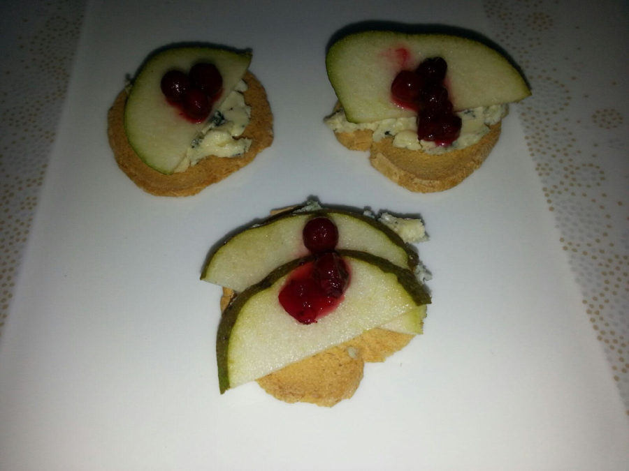 Toast med blåmuggost, pære og tyttebær