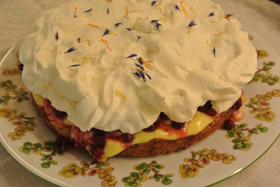 Valnøttbunn med vaniljekrem og tyttebær