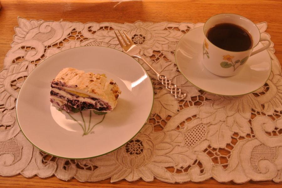 Marengsrullekake med vaniljekrem og blåbær
