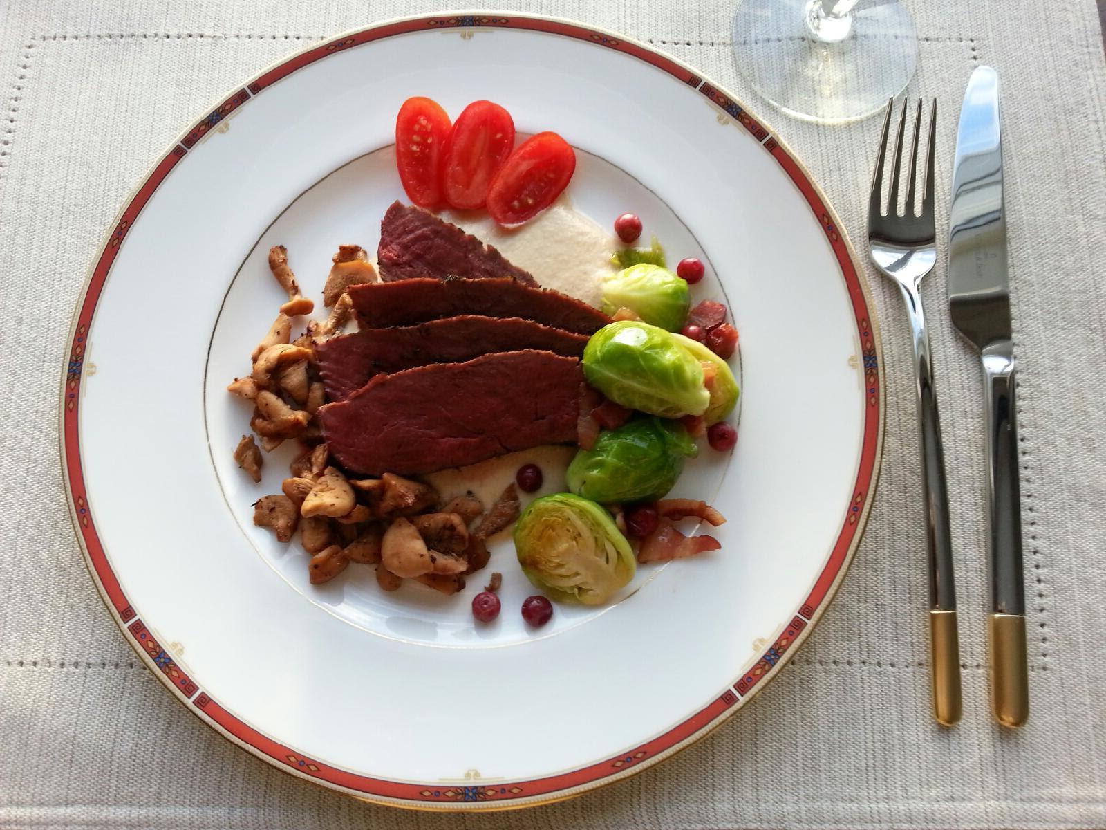 Reinsdyrbiff med soppsaus, stekt sopp og rosenkål