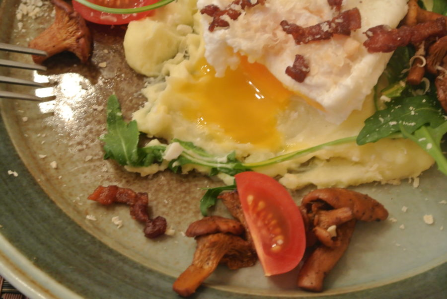 Posjert egg med kantareller og potetmos