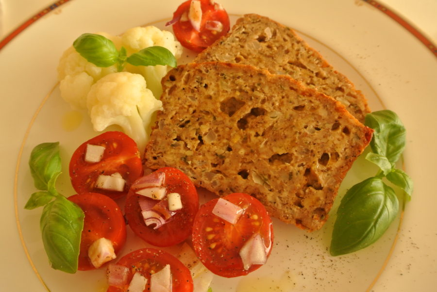 Nøttepudding med tomatsalat og blomkål. Vegetarmiddag.