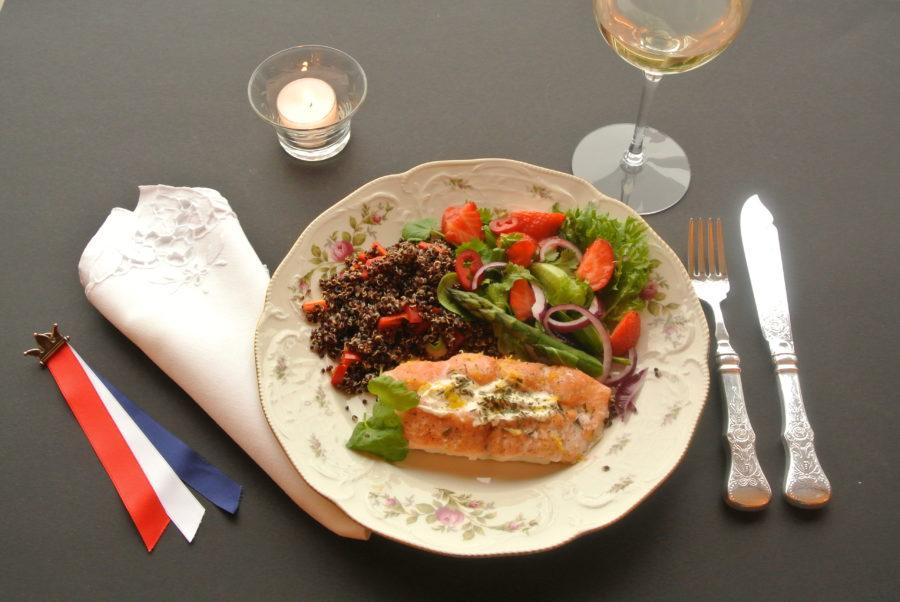 17. mai-laks med ostefyll og salat med jordbær og asparges