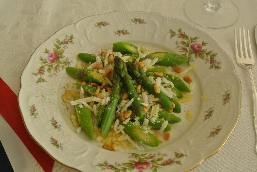 Asparges med parmesan og pinjekjerner