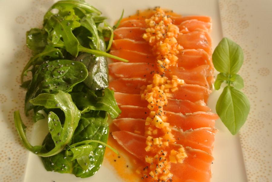 Laks med sterk, sursøt saus og grønn salat