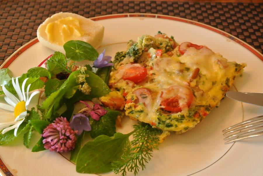 Ovnsbakt omelett med pølser, ost og kantareller og en blomstrende salat