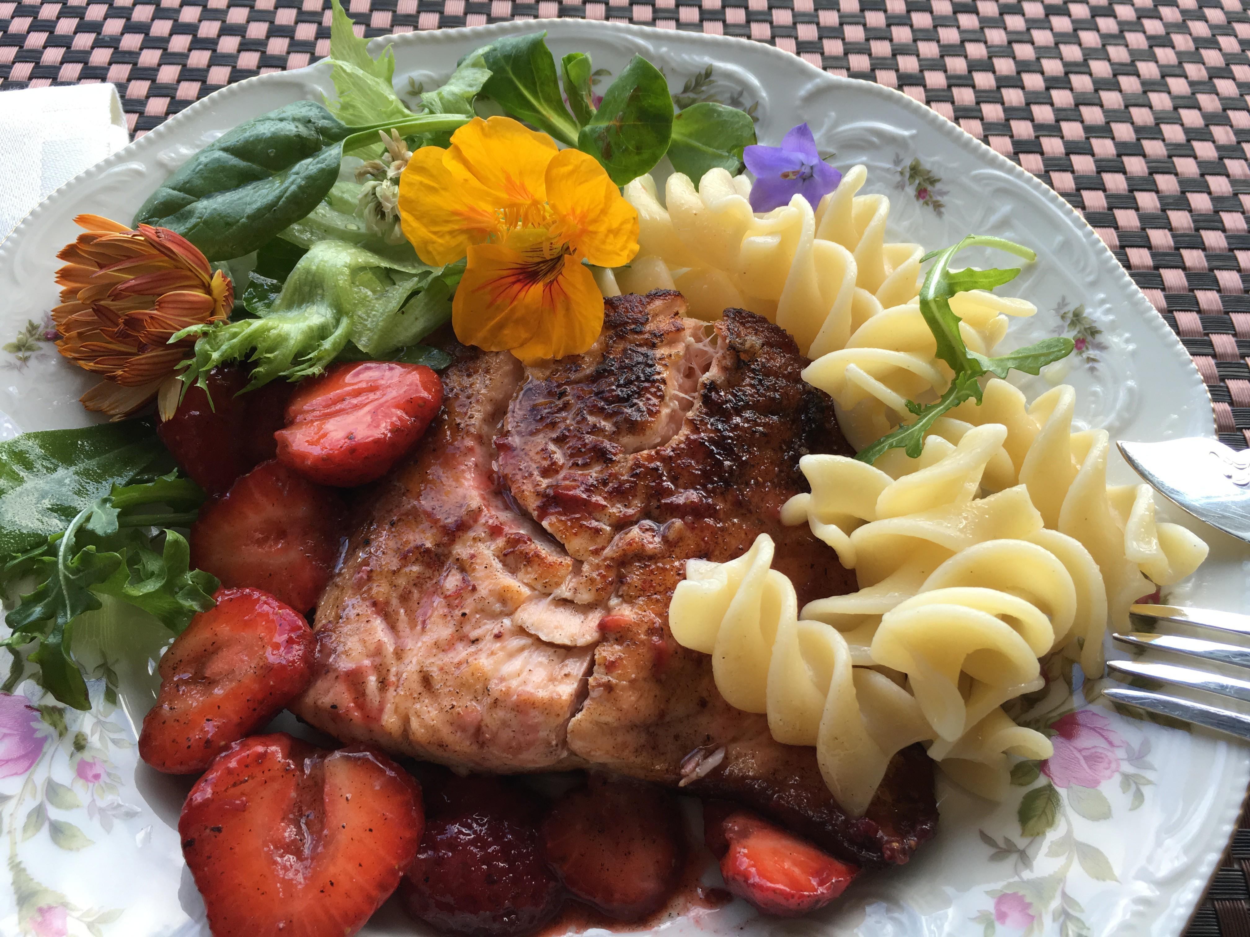 Stekt laks med varme jordbær og salat med blomster