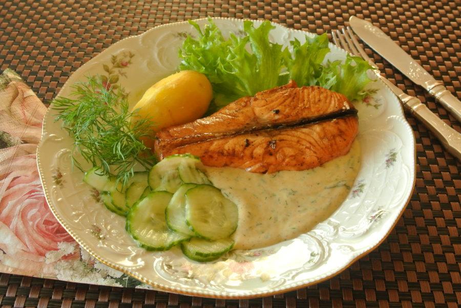 Sitronmarinert laks med sennepssaus og agurksalat