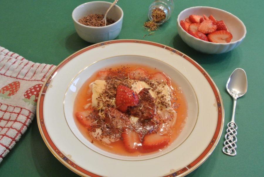 Is med lun jordbærsaus og sjokolade