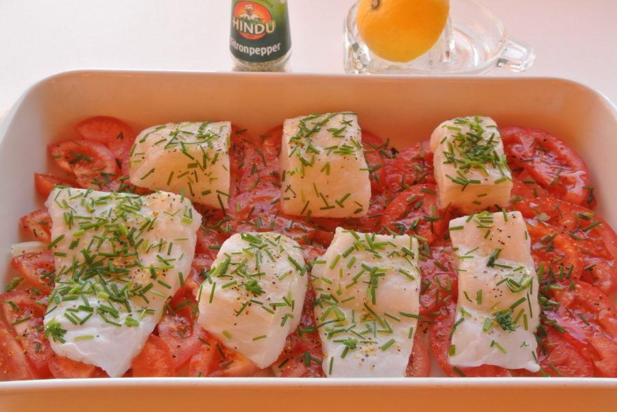 Steinbitfilet med løk og tomater