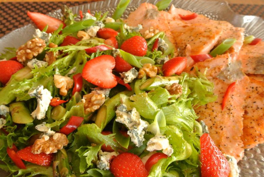 Stekt laks og grønn salat med jordbær og asparges