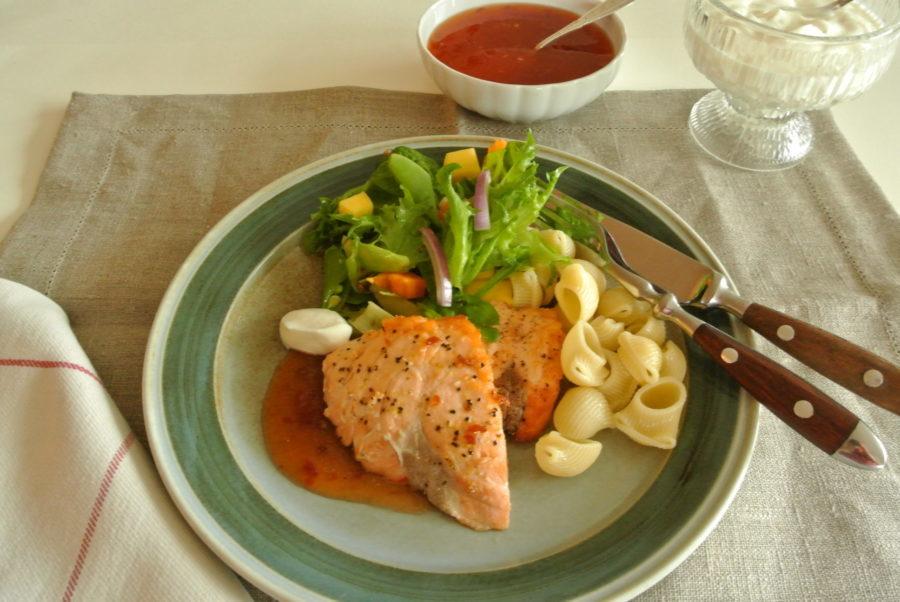 Stekt laks med grønn salat og sweet chili-saus