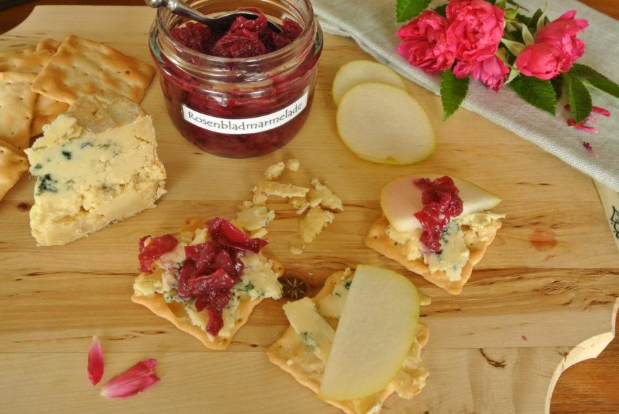 Blåmuggost med rosenbladmarmelade og pære