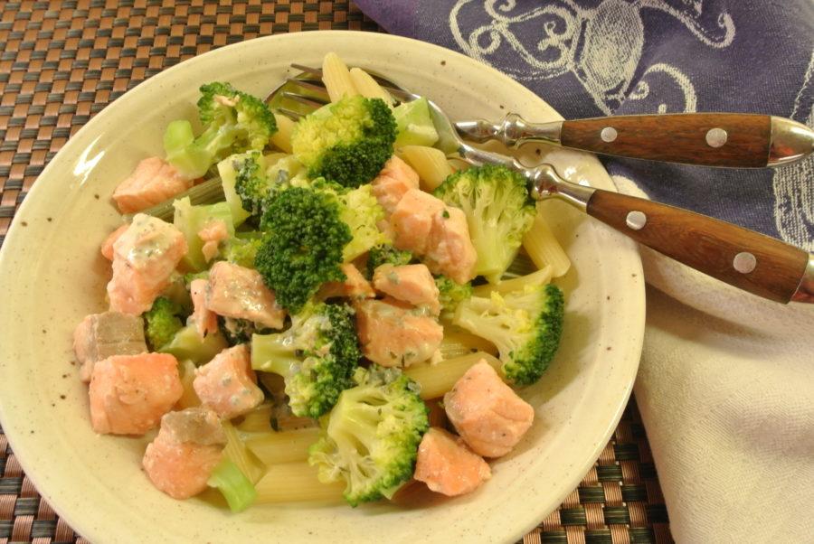 Laks med blåmuggostsaus, brokkoli og pasta