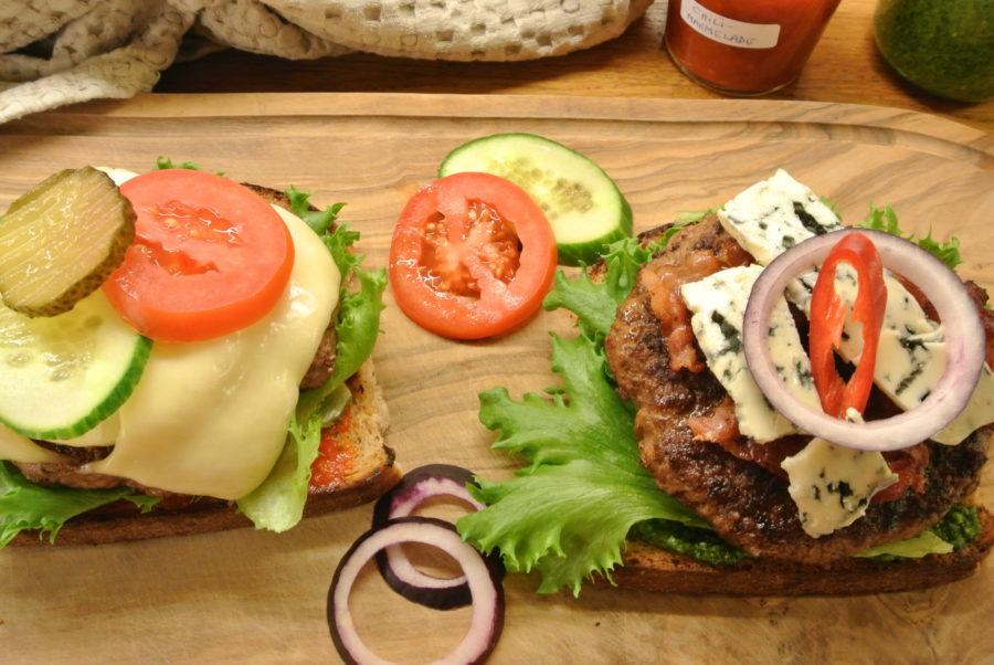 Hamburgere på brød med godt tilbehør