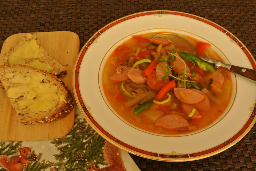 Pølsesuppe med løk og paprika