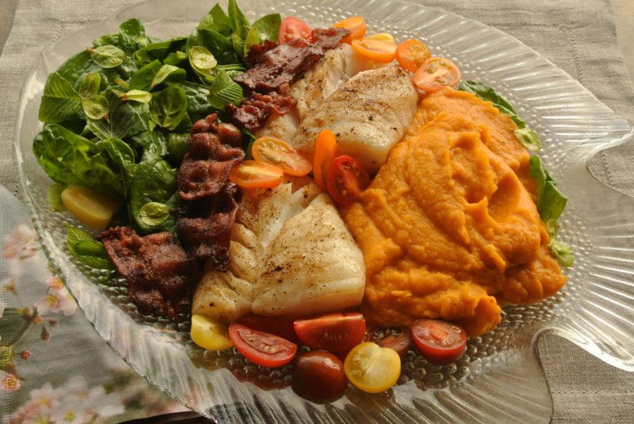 Torskeloins med søtpotetpuré, bacon og grønn vårsalat