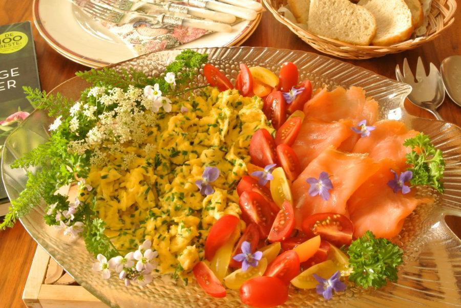 Eggerøre med sommerblomster og røkelaks