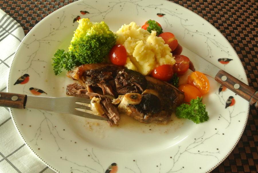 Ovnsbakte lammeskiver med hvitløk og tomater