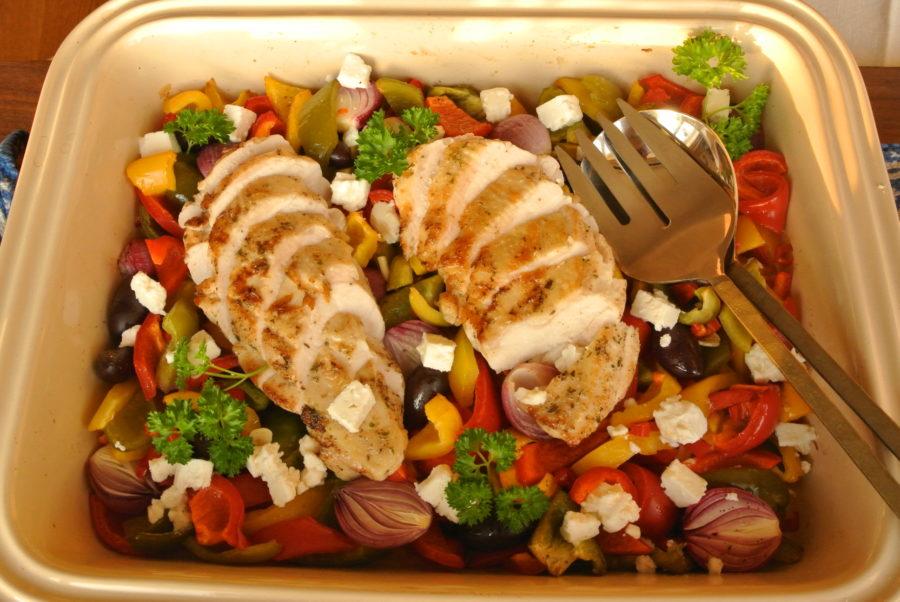 Ovnsbakte kyllingbryst med fargerike grønnsaker og fetaost