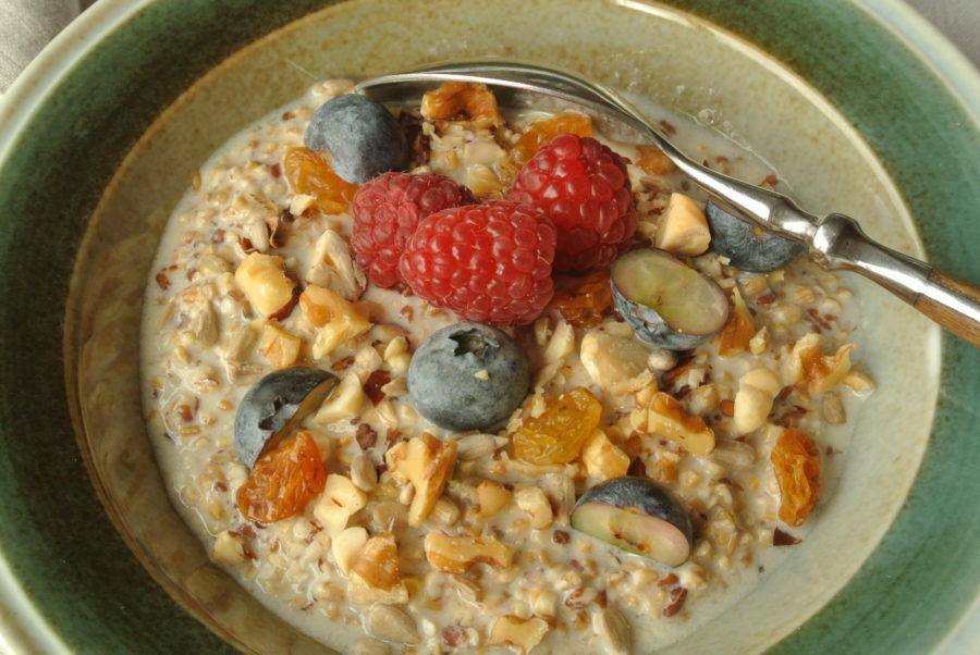 Frokostgrøt med Fiberhavre, frukt, bær og nøtter