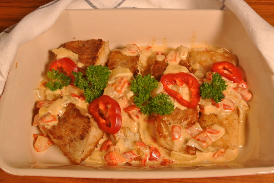 Stekt sei og fløtesaus med løk og paprika