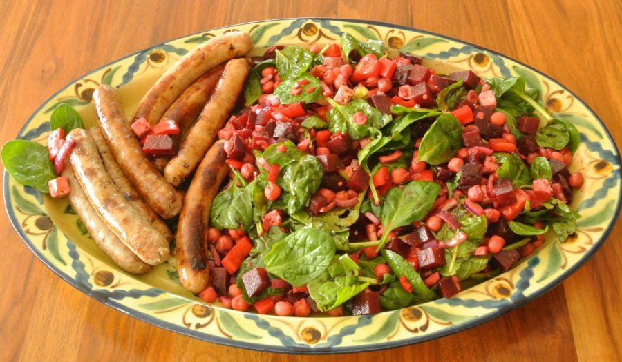 Rødbete- og kikertsalat med Fetaost til stekte pølser