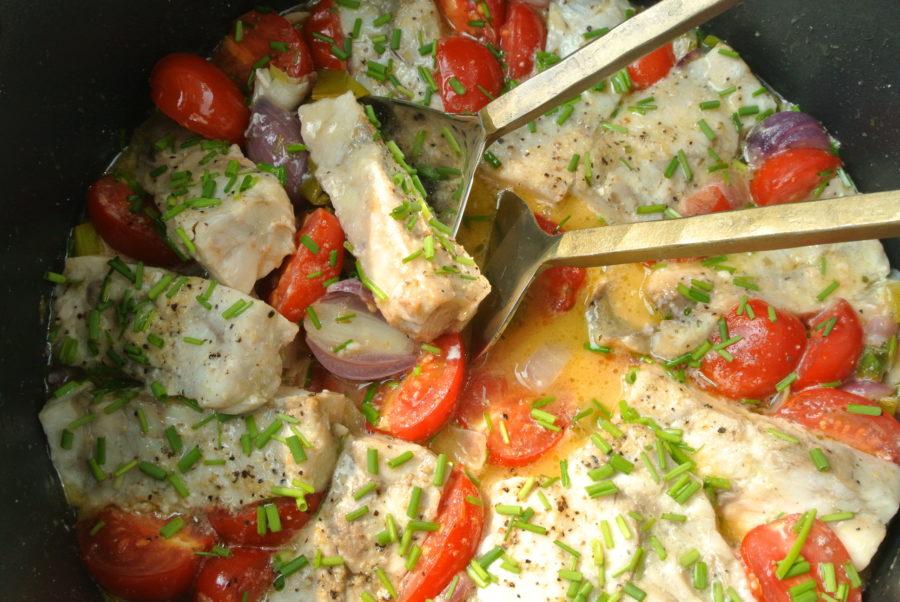 Sei- og løkgryte med tomater