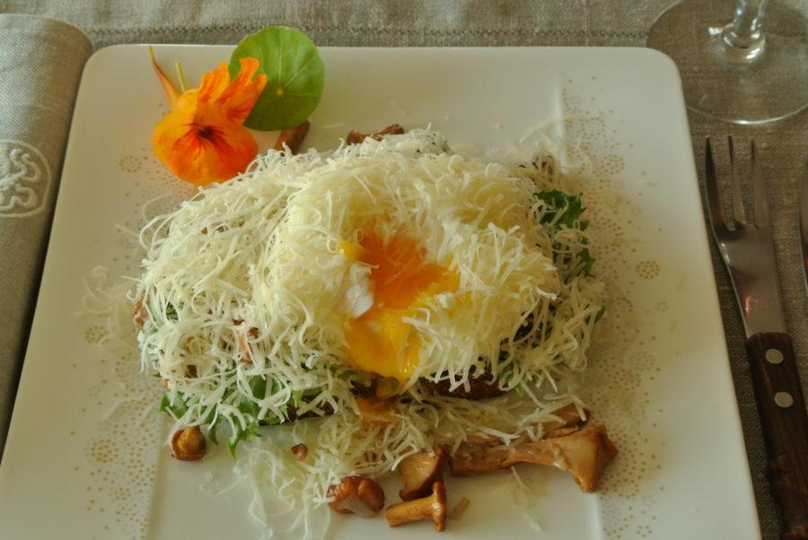 Kantarellsmørbrød med posjert egg og gruyère