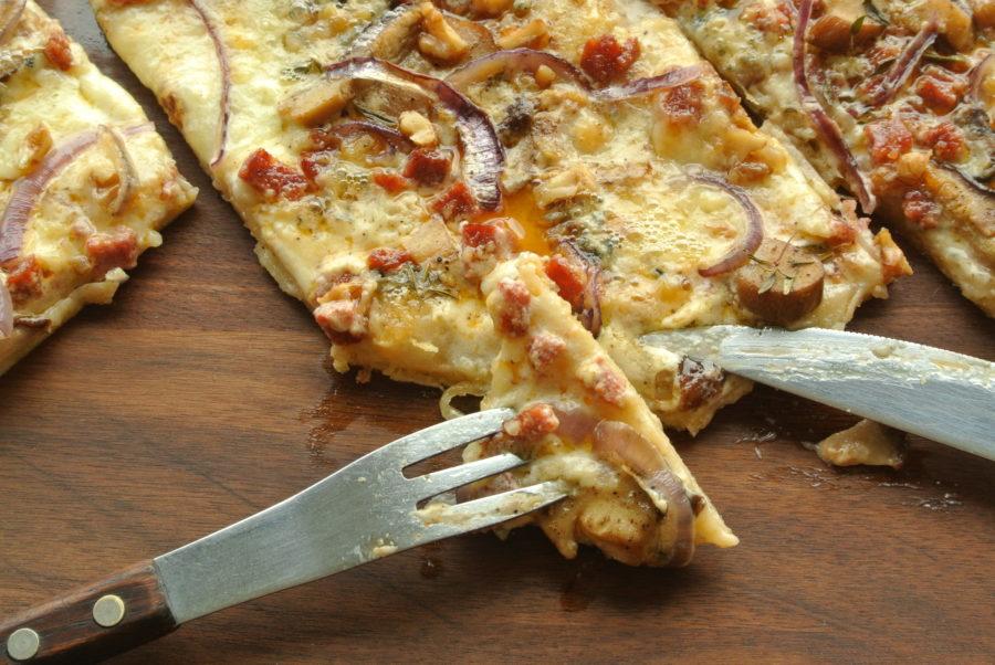 Hvit pizza med steinsopp og blåmuggost