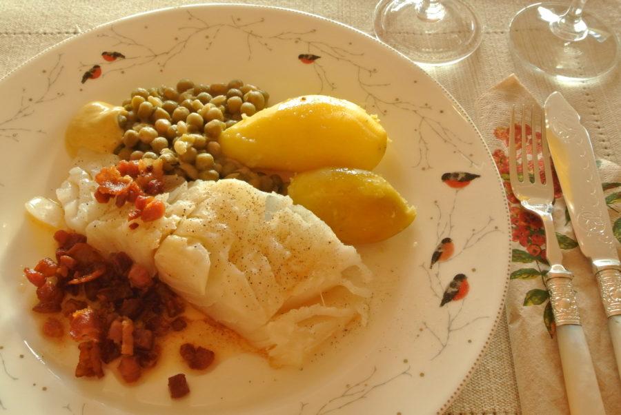 Lutefisk med grønn ertestuing og stekt bacon