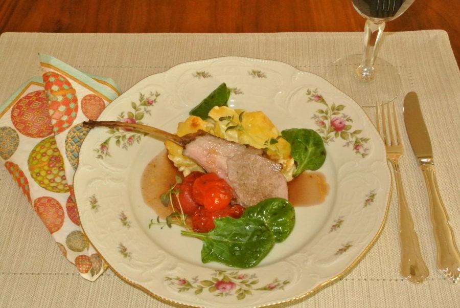 Lammekarré med potet- og pastinakkgrateng, ovnsbakte tomater, spinatsalat og rødvinssaus