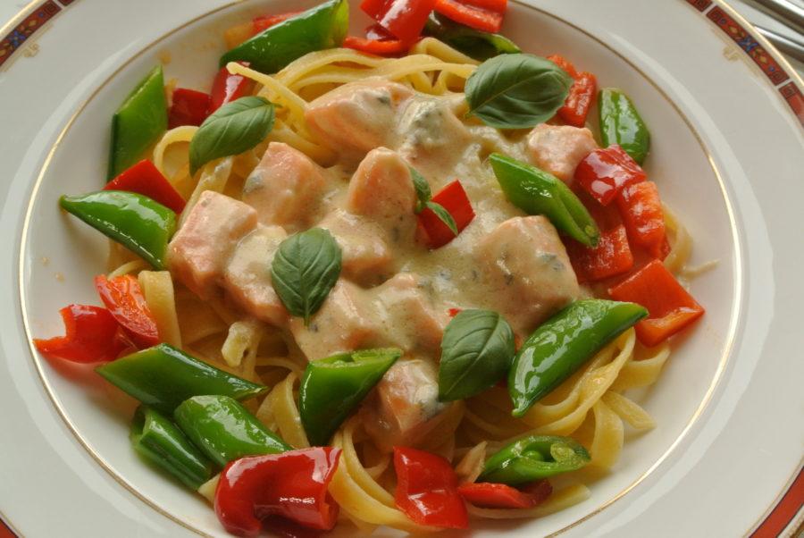 Laks med blåmuggostsaus, pasta og sprø grønnsaker