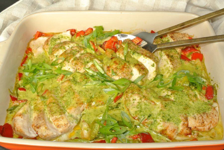 Ovnsbakt kyllingfilet og grønnsaker med ramsløkfløtesaus