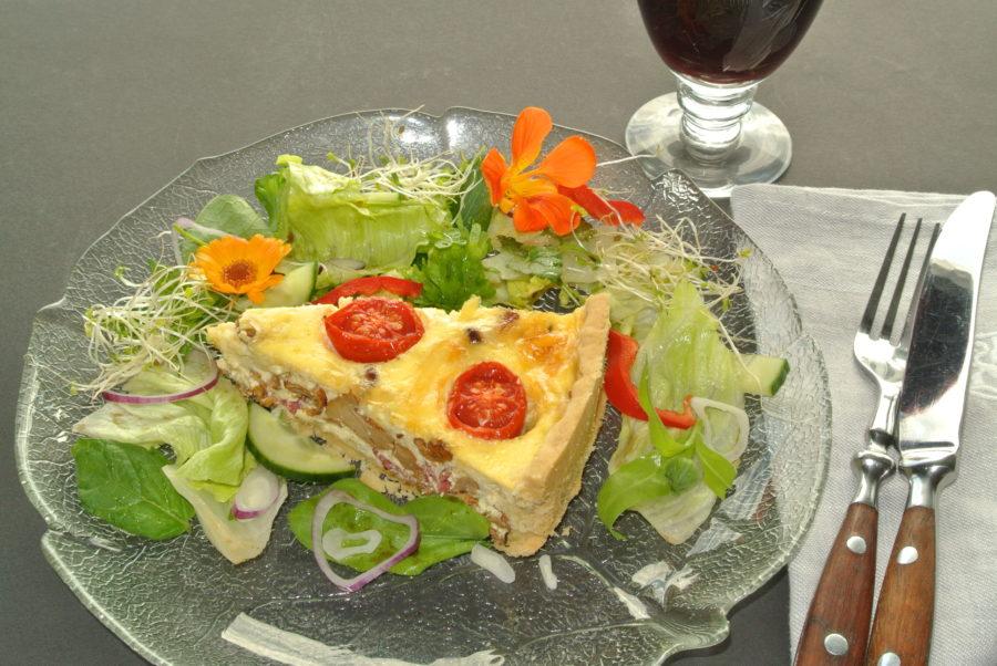 Kantarellpai med salami og tomater