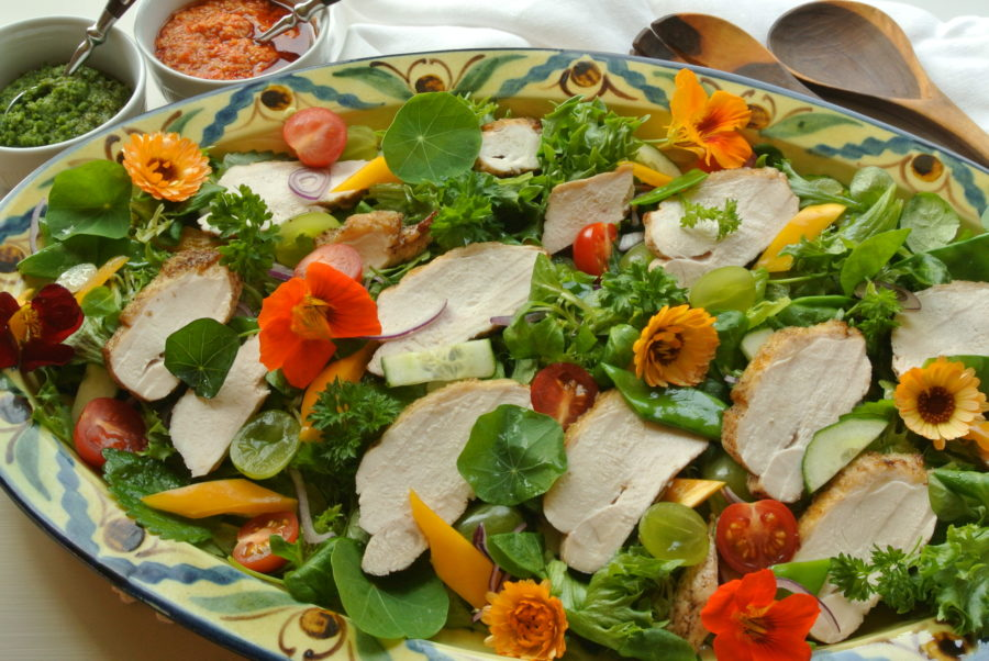 Kyllingsalat med urter og blomster fra terrassen